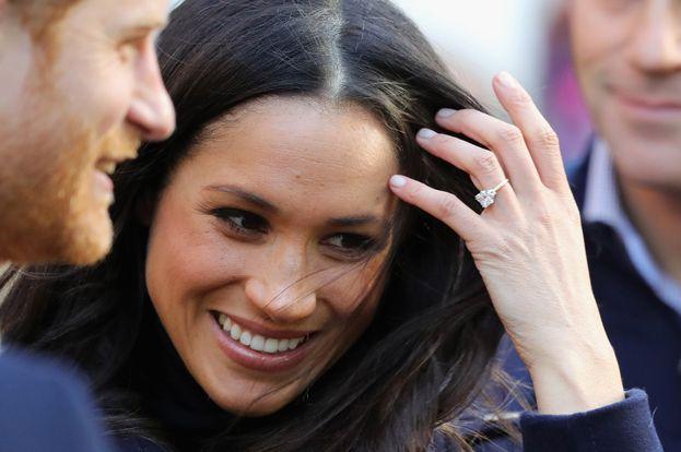 L'anello di fidanzamento di Meghan Markle è favoloso: un trilogy disegnato da Harry in persona, con un diamante del Botswana in mezzo circondato da due diamanti appartenuti a Lady Diana. Il che rende l'anello inestimabile; se però volessimo guardare solo ai carati, dovrebbe valere un massimo di 225mila euro.