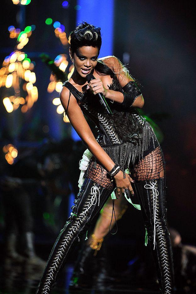 """Rihanna, 2008. Impossibile dimenticare Rihanna che canta """"Disturbia"""" indossando un completo in pelle simil-sadomaso."""