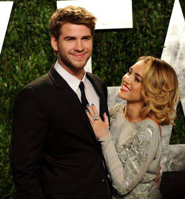 Ok, questa non è confermata ma circola come rumor: qualche anno fa Miley Cyrus e Liam Hemsworth si sarebbero concessi un momento hot sotto al tavolo durante una festa di Vanity Fair. Ah, però!