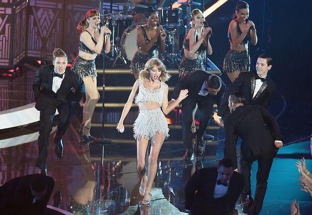 """Taylor Swift, 2014. Da quella prima esibizione ai VMA del 2009 ne è passato di tempo, e intanto Taylor è diventata la più inarrestabile forza del pop mondiale. Sale sul palco, canta """"Shake It Off"""" accompagnata da uno stuolo di ballerini in smoking, e fa capire a tutti chi comanda."""