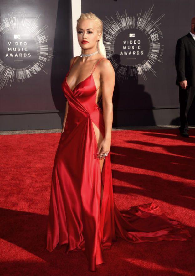 """Rita Ora - Altra stranezza da vip. Il segreto della bellezza di Rita? Una cosa chiamata """"oxygen bubble"""": una bolla di plastica piena di ossigeno al 99%, che a quanto pare fa miracoli per la pelle e per smaltire le tossine. Altre fan della bubble: Nicole Richie e Kirsten Dunst."""