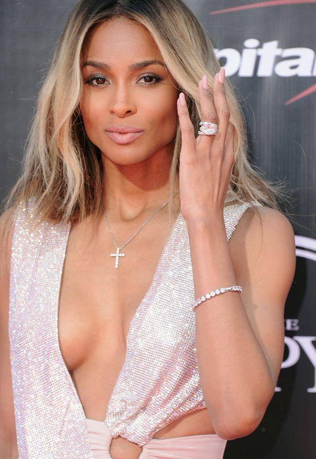 Future aveva scelto per Ciara un anello da 1,5 milioni di dollari. Niente male, ma l'attuale fidanzato Russell Wilson l'ha battuto con un anello da 2 milioni.
