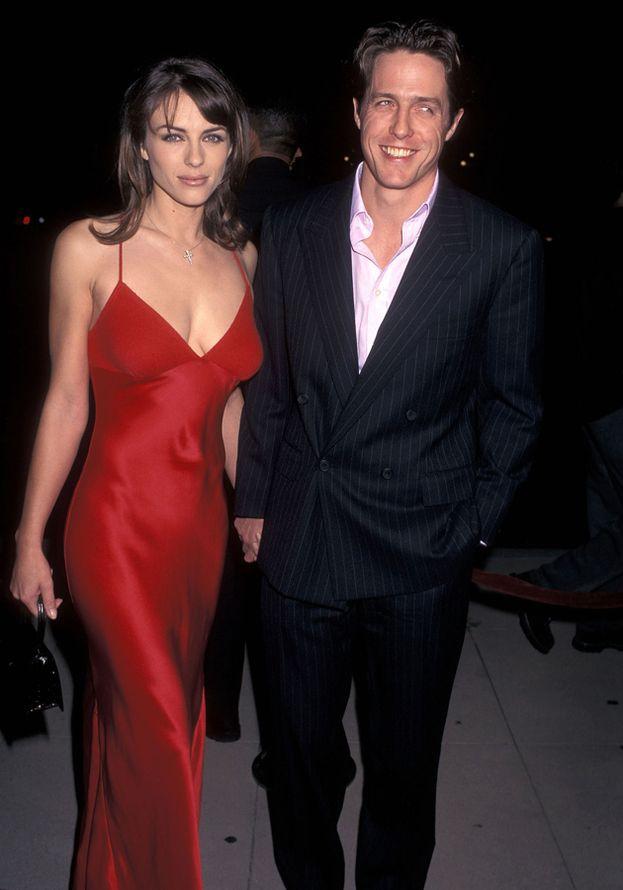 """Per la serie: che figura di... Nel 1995 Hugh Grant è stato fermato (e arrestato) dalla polizia mentre si """"intratteneva"""" in auto con una prostituta. L'allora moglie Elizabeth Hurley non la prese bene, ma sono comunque andati avanti fino al 2000 prima di divorziare."""
