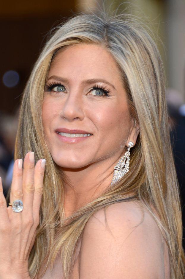 Justin Theroux ha fatto la grande proposta a Jennifer Aniston con un gioiellino da 1 milione di dollari.