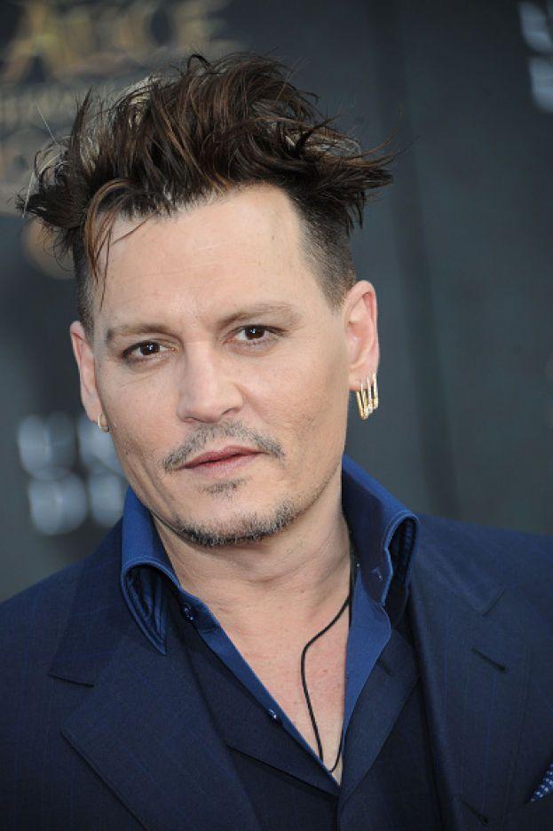"""Johnny Depp in un'intervista a Details: """"Sono maledettamente timido. In un certo senso vivo come un fuggitivo. Non mi piacciono le situazioni sociali""""."""