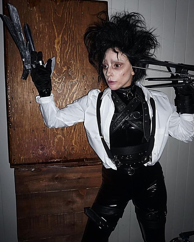 Lady Gaga in versione Edward mani di forbice