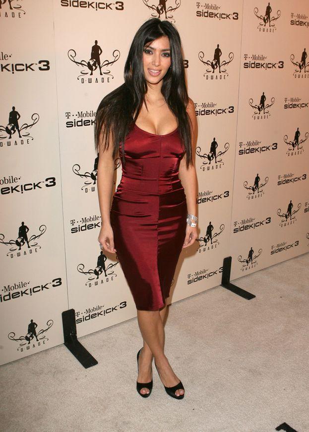 Gambe toniche, ma senza slancio chilometrico? Voilà, ecco la soluzione di Kim Kardashian: gambe incrociate che lanciano in su lo sguardo verso i fianchi e la vita.