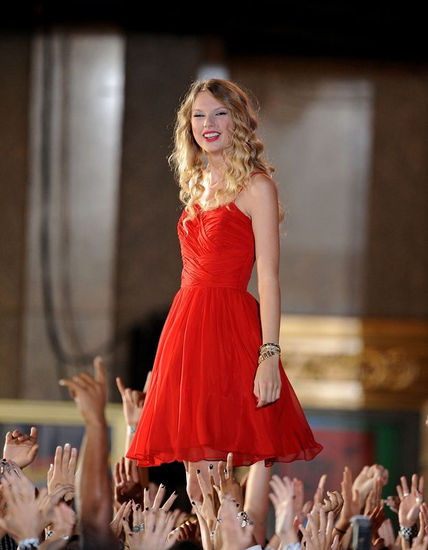 "Taylor Swift, 2009. Piccole star crescono: passata dal country al pop, una giovanissima Tay-Tay inizia la scalata alla conquista del mondo cantando una versione super di ""You Belong With Me"". Seguirà poi l'incidente-Kanye West, un altro momento clou della storia dei VMA."