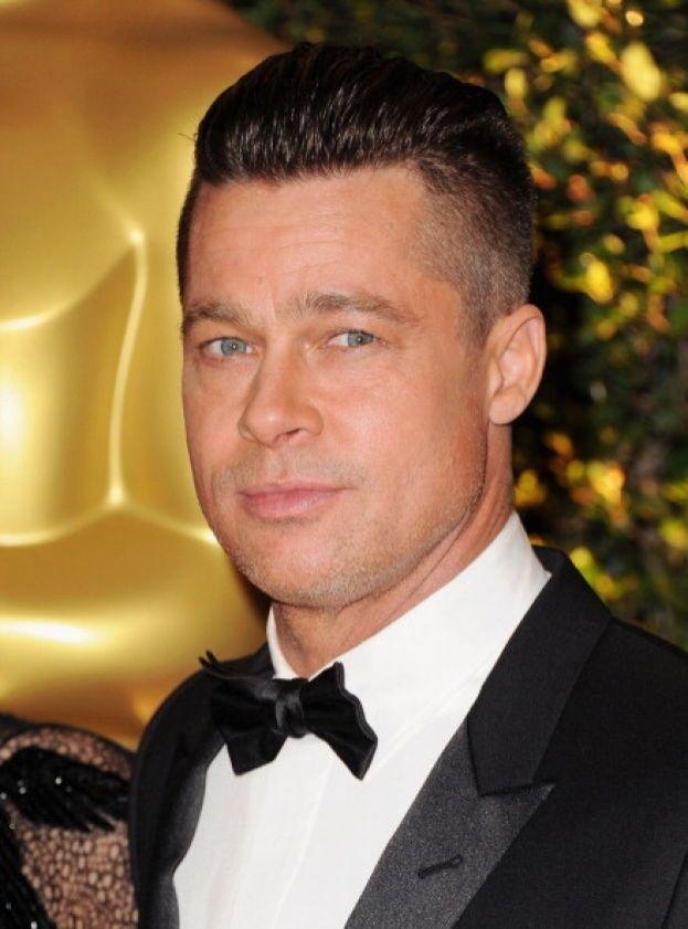 """Girano un sacco di storie sull'odore di Brad Pitt: a quanto pare non ama molto farsi la doccia, non usa il sapone perché è convinto che sia tossico e, se proprio deve darsi una rinfrescata, si """"lava"""" con le salviettine per bambini..."""