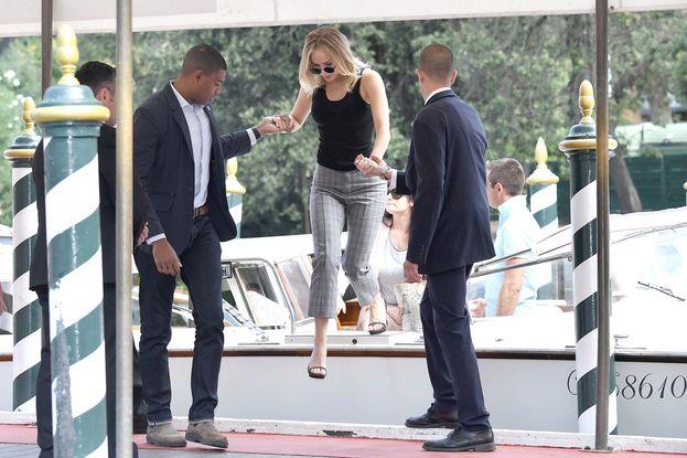 Jennifer in borghese mentre arriva al suo hotel a Venezia.
