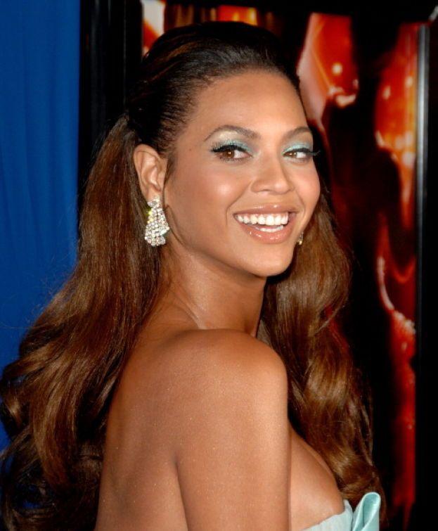 Beyoncé - Come apparire al meglio senza trucco e senza inganno? Sorridere, sorridere sempre. E tanta crema idratante per la pelle.