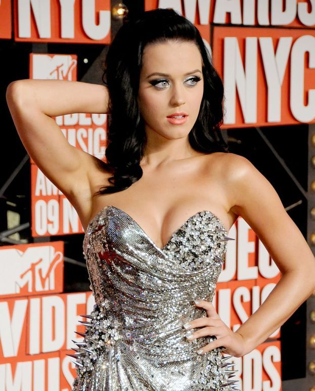 """Katy Perry: """"Nessun ritocco: né al naso, né al mento, né alle guance, né alle tette. I miei messaggi di emancipazione femminile vengono davvero da un prodotto tutto naturale""""."""