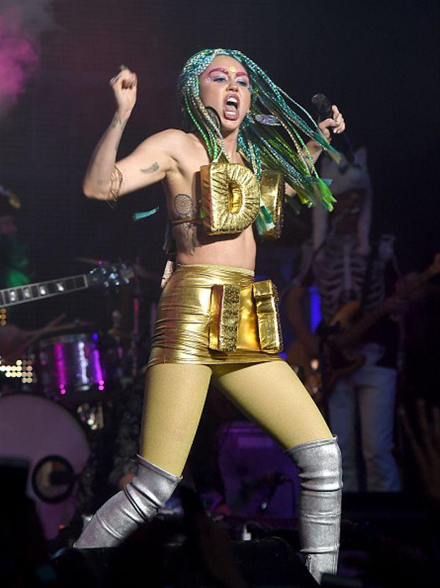 Treccine multicolor per Miley ai giorni nostri
