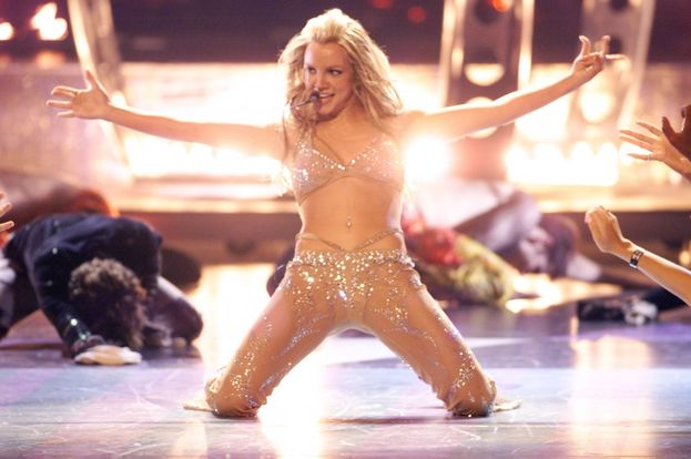 "Britney Spears, 2000. In versiona bomba sexy, Britney parte con  ""(I Can't Get No) Satisfaction"", passa a ""Oops!...I Did It Again"", e intanto si strappa di dosso lo smoking rivelando un outfit del genere ""si vede tutto""."