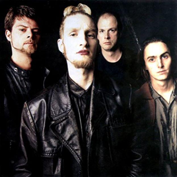 John Baker Saunders (il secondo da destra) era il bassista del supergruppo Mad Season, insieme a membri di Alice in Chains, Pearl Jam e Screaming Trees. È morto nel 1999 per eroina.
