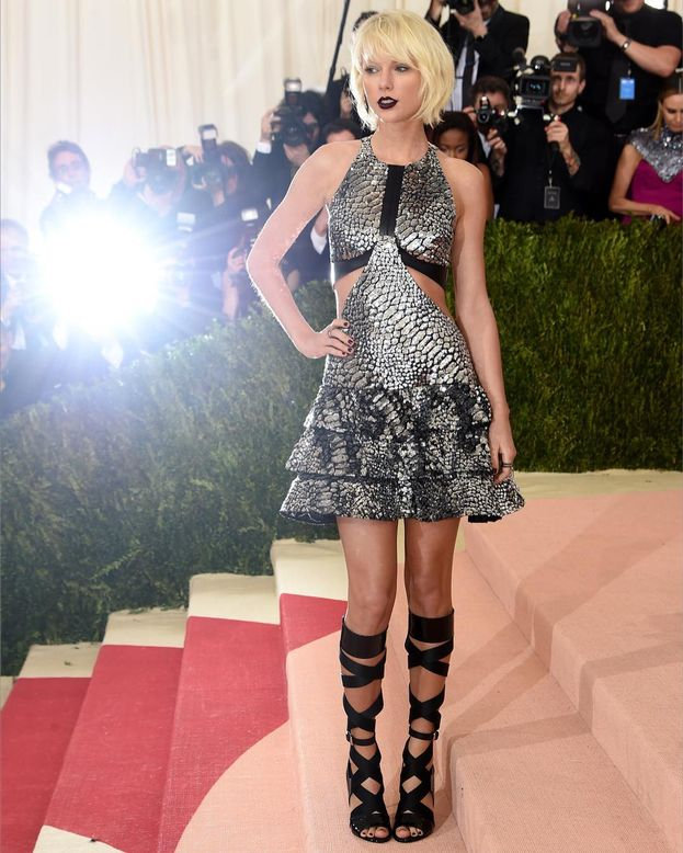 Taylor Swift ha il pallino dei fornelli e dei dolci e organizza serate di cucina con il suo giro di amichette: Selena Gomez, Emma Stone, Lorde...
