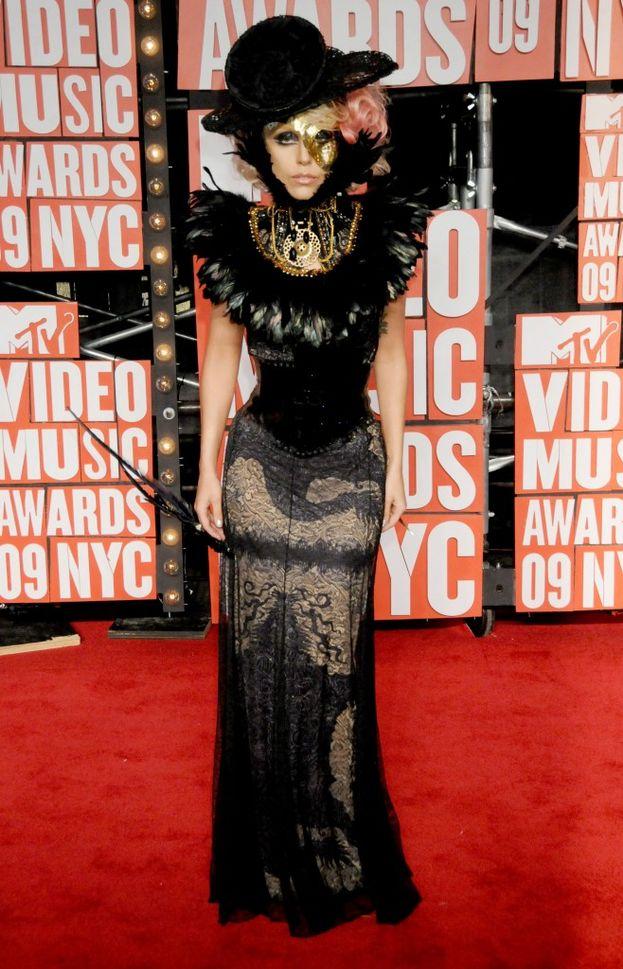 Da un documento del 2013 con le sue richieste, Lady Gaga voleva un camerino arredato in stile glam, con divani bianchi e tende di raso nero, oltre a 22 bottiglie di acqua fredde e 22 a temperatura ambiente. E soprattutto, non doveva mancare un manichino decorato con pelo pubico rosa O_O