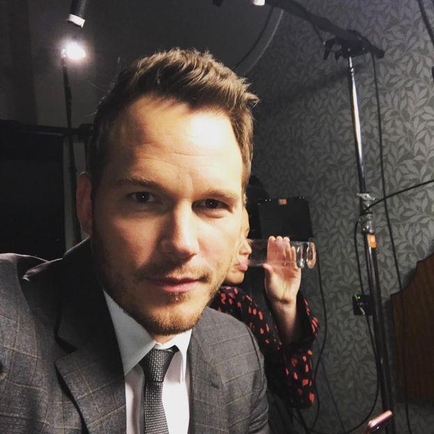 """Chris Pratt - Ha spiegato così perché i selfie non gli vanno: """"Se voglio uscire e fare cose normali, non voglio sentirmi a disagio se deludo la gente. Non faccio i selfie perché non c'entra nulla con il 'cogliere il momento', è solo un 'rubare il momento' per poi vantarsi con gli altri. Allora dico: 'Cosa ne pensi di una stretta di mano?', ma loro fanno comunque la foto""""."""