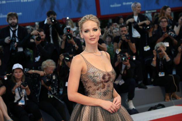 Jennifer Lawrence sbarca alla Mostra del cinema di Venezia e manda tutti fuori di testa. Non c'è divo di Hollywood che regga il confronto!