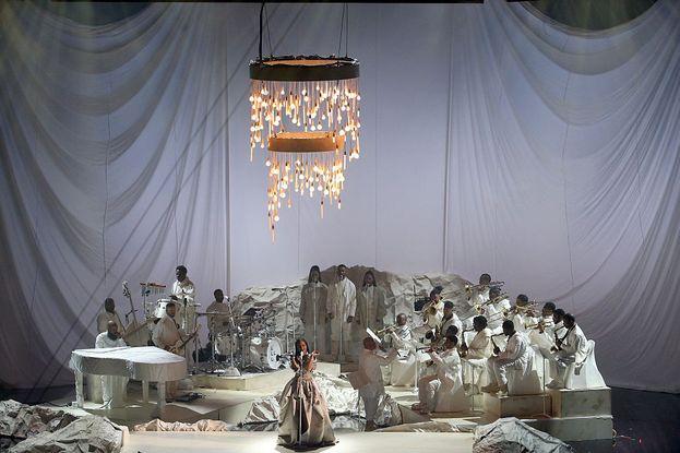 Abito a balze e orchestra, tutto in bianco, in un altro momento dello show di Rihanna.