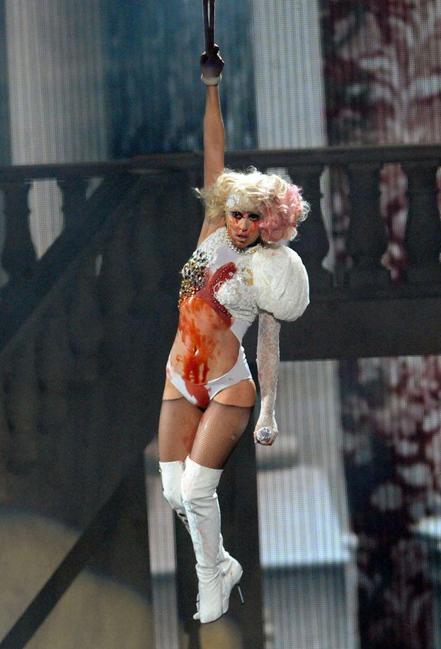"""Lady Gaga, 2009. Ogni volta che Gaga sale sul palco dei VMA, succede qualcosa di incredibile, e il suo show ai VMA 2009 è forse il più incredibile di tutti. Mentre canta """"Paparazzi"""" comincia a sanguinare copiosamente e alla fine viene """"impiccata"""" sopra il palco: è tutto finto, ovviamente, ma lo shock del pubblico è reale."""