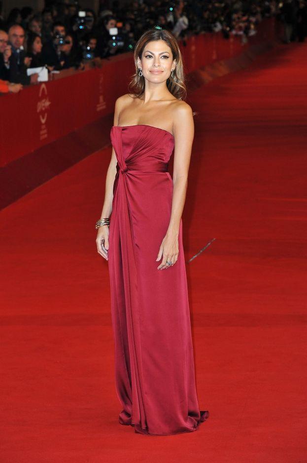 Eva Mendes adora le sue curve. Scommettiamo che Ryan Gosling è d'accordo?