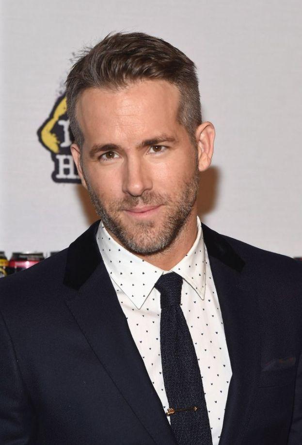"""L'insicurezza colpisce anche gli uomini, e anche dei sex symbol come Ryan Reynolds, che ha detto di sentirsi sempre """"come un ragazzino brufoloso"""". Evidentemente a Scarlett Johansson e Blake Lively i ragazzini brufolosi piacciono."""