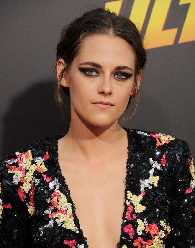 Kristen Stewart è convinta di avere le orecchie troppo grosse e si sente un po' troppo secca.