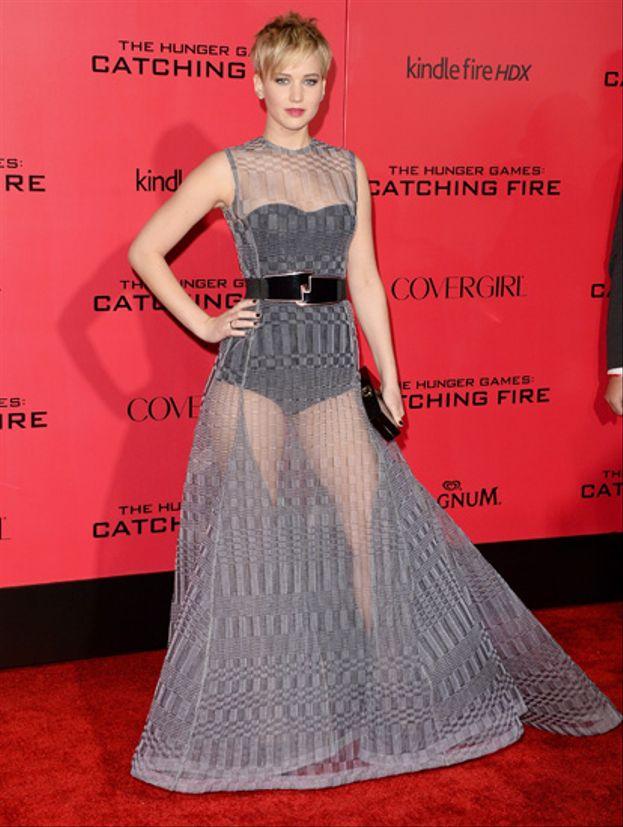 """Ha un corpo che il 95% delle donne farebbe follie per avere, ma anche Jennifer Lawrence ha un punto debole: soffre le sue cosce e non si sente a suo agio a mostrarle. Se deve farlo lo fa - vedi abito trasparente alla prima di """"Hunger Games: La ragazza di fuoco"""" - ma poi quando si rivede in foto non si piace."""