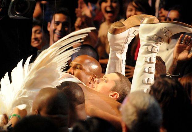"""Sacha Baron Cohen nei panni di Bruno """"cade"""" su Eminem!"""