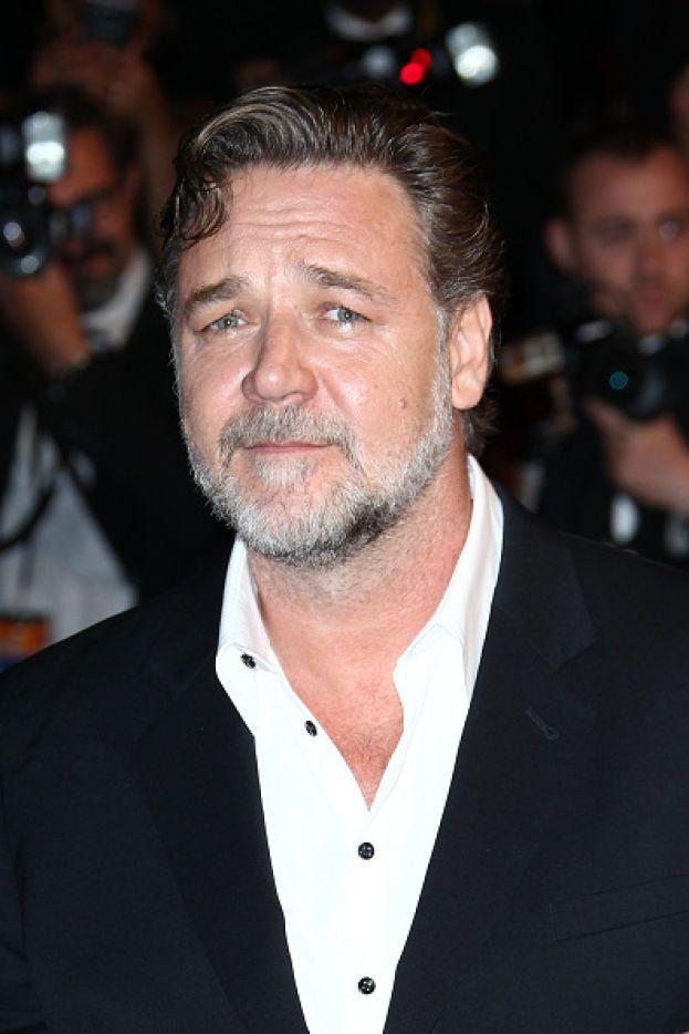 """Russell Crowe - Ha un caratteraccio e lo ammette lui stesso. Russell ha collezionato aneddoti di ogni genere sui suoi comportamenti sul set: scatti d'ira, litigate (e non solo a parole), sbronze, assenze ingiustificate... Durante le riprese de """"Il gladiatore"""" ha telefonato di notte a un anziano produttore del film, che non era d'accordo sullo stipendio che Russell pretendeva per i suoi assistenti, minacciandolo di ucciderlo con le sue stesse mani."""
