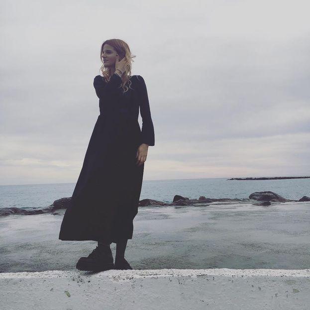 Chiara cerca l'ispirazione in spiaggia. Trovata?