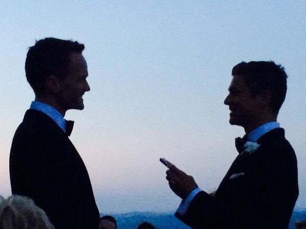 """Neil Patrick Harris e David Burkta - """"Indovinate un po'? io e David Burtka ci siamo sposati il weekend scorso"""": un tweet e via, così a settembre 2014 Neil Patrick Harris ha annunciato a tutti il lieto evento. I dettagli: la cerimonia si è tenuta in un castello in Italia e ha cantato Elton John. True story."""