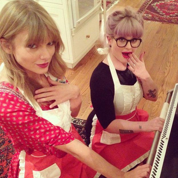 """Anche Kelly Osbourne fa parte del circolo """"serate fra ragazze in cucina"""" insieme a Taylor Swift e amiche."""