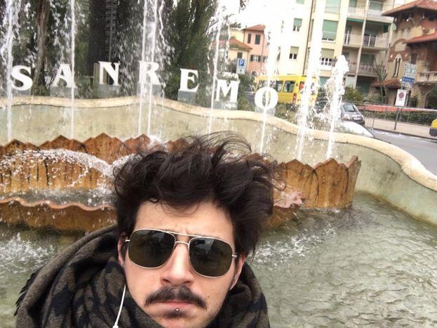 Leonardo Lamacchia ringrazia chi l'ha votato con un selfie un po' così