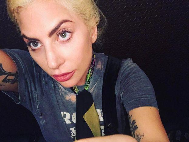 """Lady Gaga, sulla differenza fra le colleghe ritoccate e le sue trasformazioni fisiche: """"Penso che promuovere l'insicurezza di sé attraverso la chirurgia estetica sia molto più dannoso rispetto a una modificazione del corpo frutto di un'espressione artistica""""."""