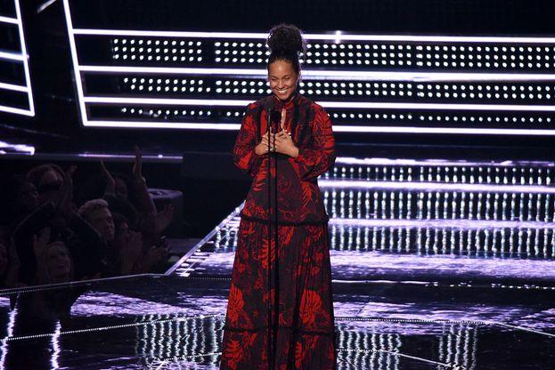 Prima di consegnare il premio per il Best Male Video, una elegantissima Alicia Keys in abito damascato tiene un appassionato discorso sulla tolleranza. Brava!