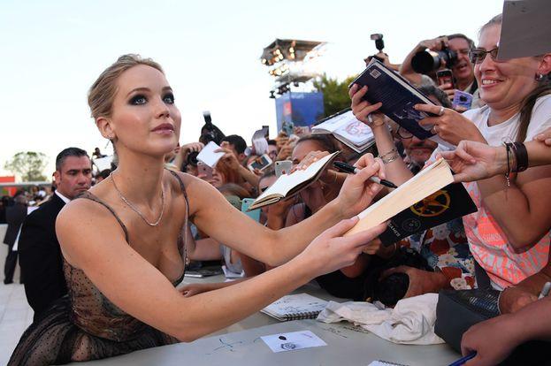 I fan hanno preso d'assalto il Lido. A un certo punto erano così tanti e scatenati che Jennifer è scappata!