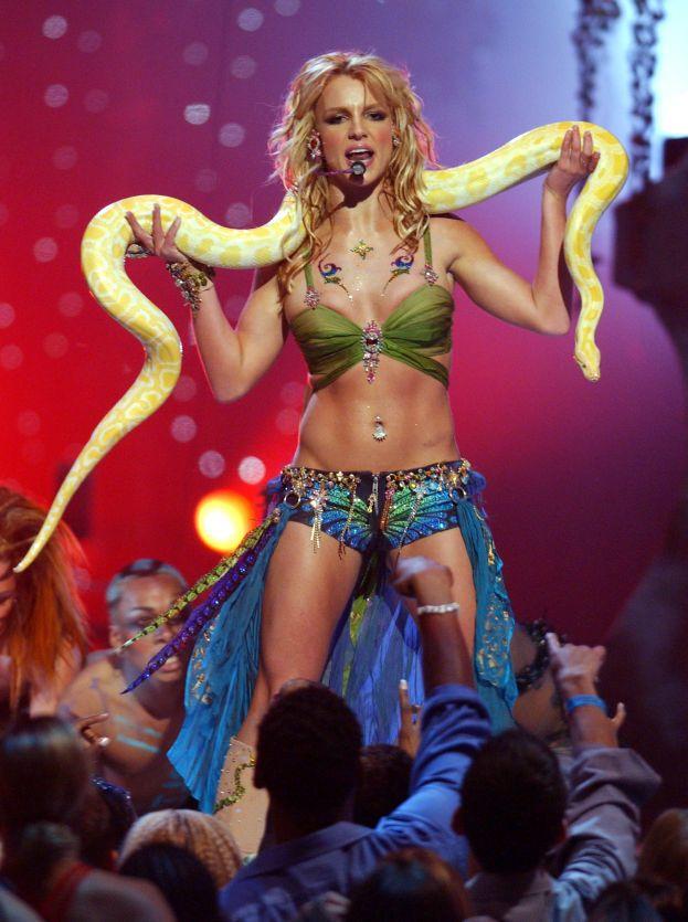 Britney, pure tu? Guardala qui, con il pitone al collo: diresti mai che in realtà è una timidona?