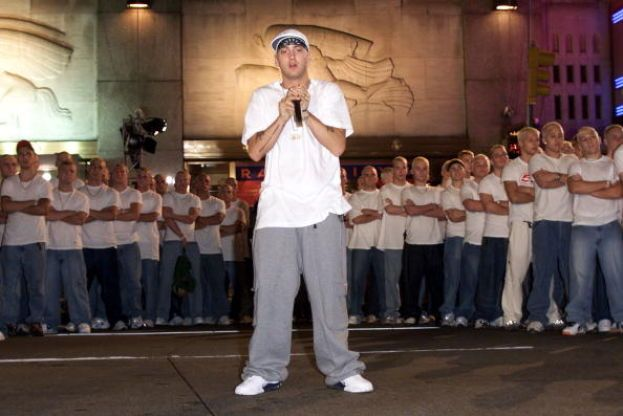 "Eminem, 2000. Sale sul palco per cantare ""The Real Slim Shady"" e ""The Way I Am"" circondato da decine di cloni biondi. Genio."
