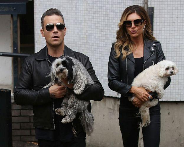 Robbie Williams e la moglie Ayda con i loro cuccioli