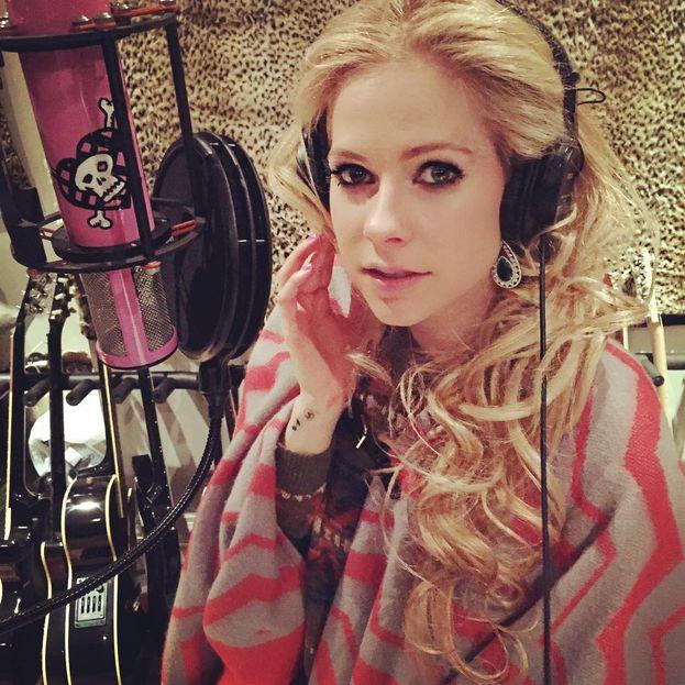 La bufala è partita nel 2003, ma ogni tanto rispunta fuori: Avril Lavigne è morta, e quella che vediamo adesso è una sosia.