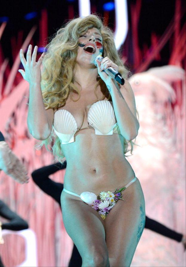 """Lady Gaga, 2013. Altro spettacolo memorabile: durante l'esibizione di """"Applause"""" Lady Gaga fa cinque cambi d'abito (!) e conclude con un bikini di conchiglie in stile Venere del Botticelli."""