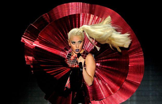 Un conto è la Lady Gaga pop star, quella che si presenta ai VMA indossando un abito di carne come se fosse la cosa più normale del mondo. Un conto è la Stefani Germanotta lontano dai riflettori, che fa fatica a socializzare per la timidezza e preferisce starsene per conto suo.