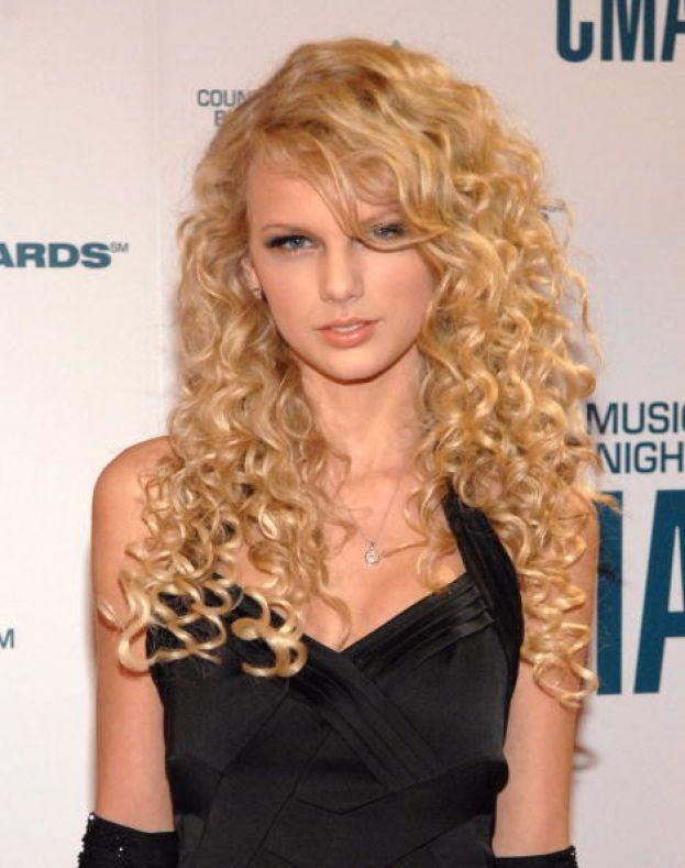 """Taylor Swift - Prima di dominare il mondo del pop, Tay-Tay aveva iniziato con il country. Eccola nella sua """"fase boccoli"""" nel 2006, l'anno in cui esce il suo disco omonimo."""