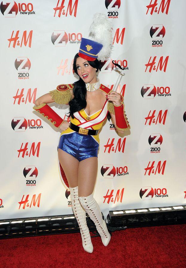 Fra i vari look di Katy, non manca la sexy-majorette
