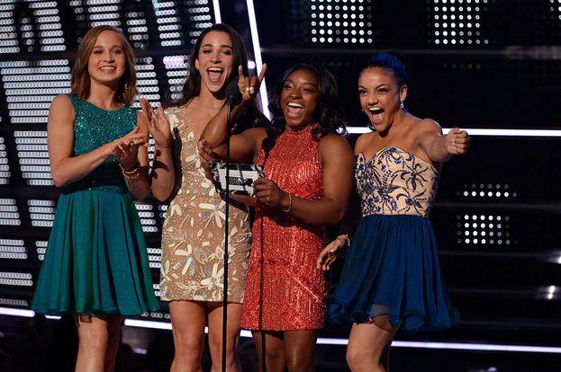 Ospiti sul palco dei VMA le ginnaste olimpiche degli Stati Uniti: Madison Kocian, Aly Raisman, Simone Biles e Laurie Hernandez.