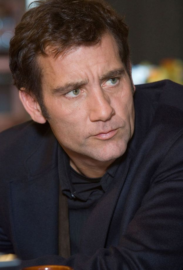 Mr. Fascino in persona, Clive Owen, ha due figlie adolescenti: Eve e Hannah.