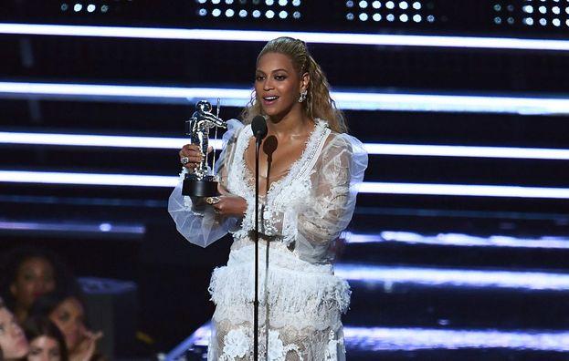 La regina assoluta della serata è stata lei, Beyoncé, che ha conquistato la bellezza di 8 Moon Man! E così ha anche superato Madonna fra gli artisti che hanno vinto più premi nella storia dei VMA.