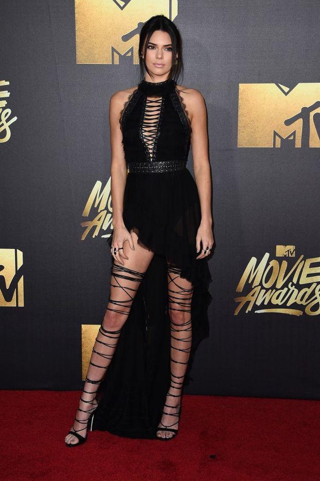 Anche Kendall Jenner punta sulle gambe, ma preferisce lasciare le braccia morbide lungo i fianchi.